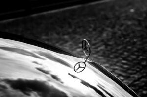 Read more about the article Daimler zahlt Mitarbeitern 1.000 Euro Corona-Prämie – während der harte Sparkurs Tausende Stellen vernichtet
